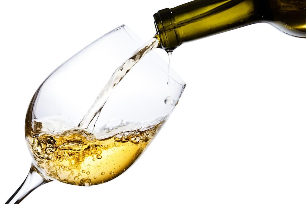 Perché dopo un bicchiere di vino bianco arriva il mal di testa? | il Salvagente